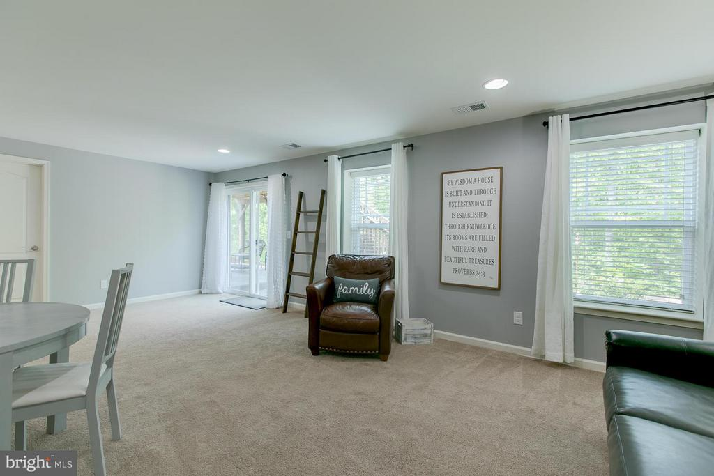 Tons of Natural Light - 73 WAGONEERS LN, STAFFORD
