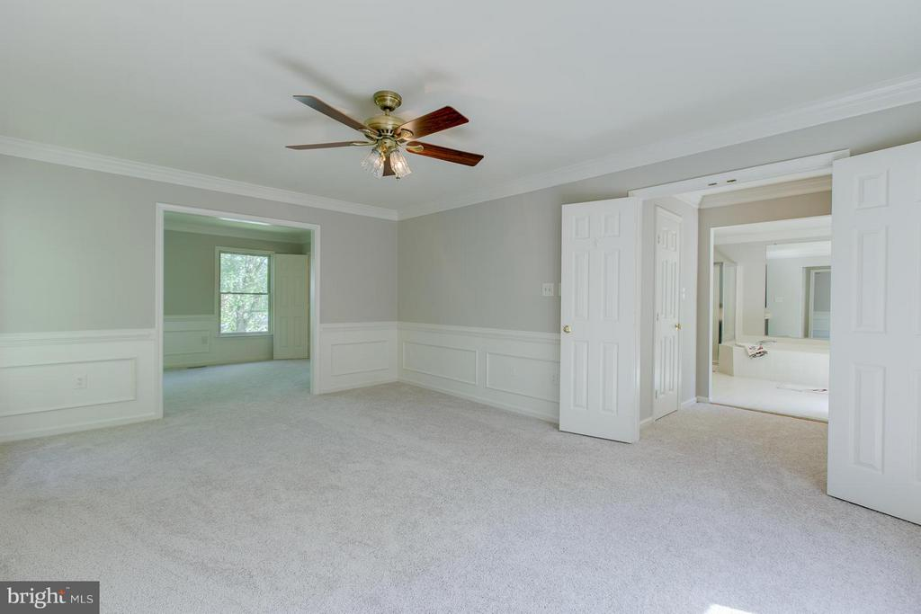 Expansive owner's suite with view to bathroom - 55 CHRISTOPHER WAY, STAFFORD