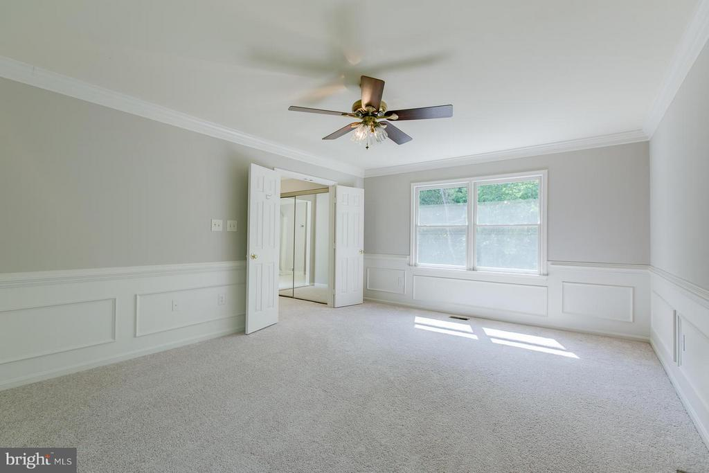 Expansive owner's suite with crown molding - 55 CHRISTOPHER WAY, STAFFORD