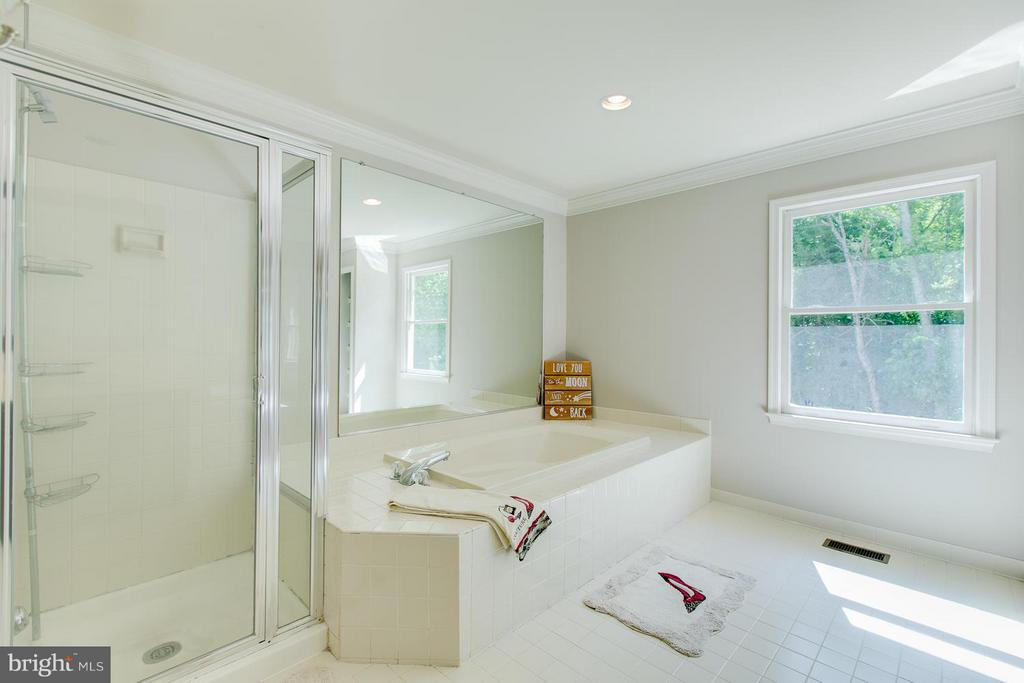 Lurxurious owner's bath with soaking tub - 55 CHRISTOPHER WAY, STAFFORD