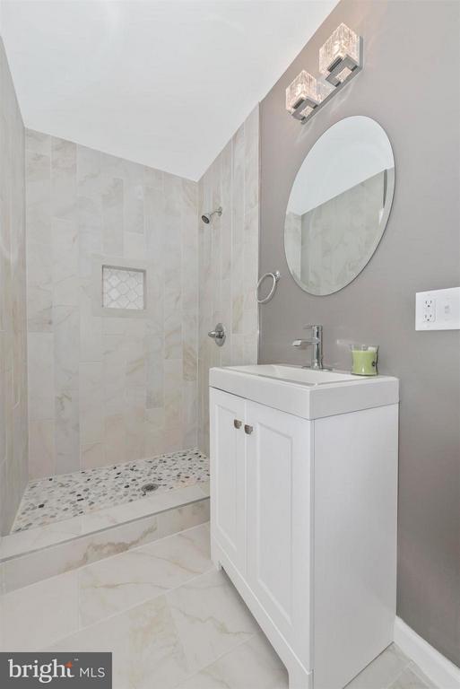 Bath (Master) - 208 BAUGHMANS LN, FREDERICK