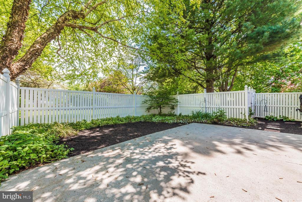 Fenced in patio area. - 208 BAUGHMANS LN, FREDERICK