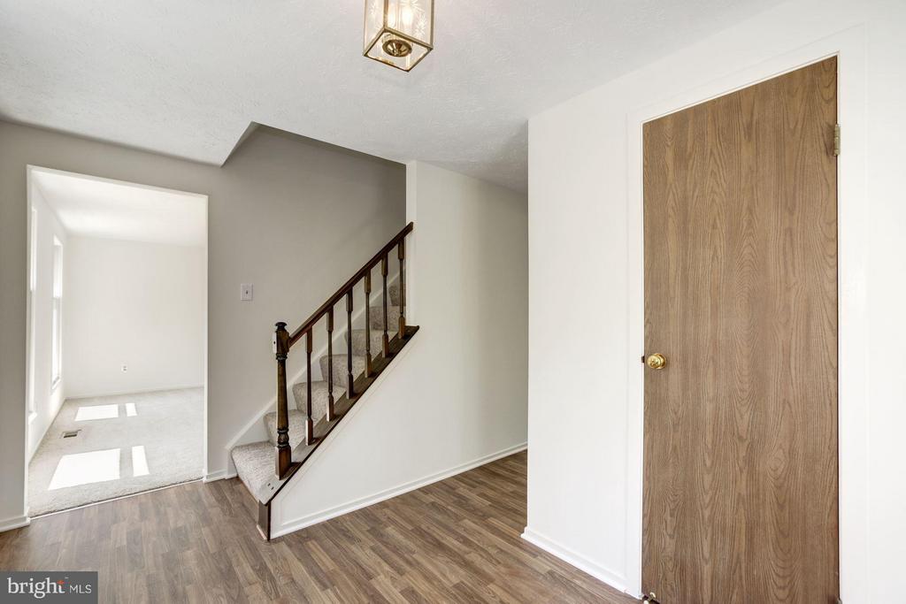 Foyer with large closet - 6247 GARRETSON ST, BURKE