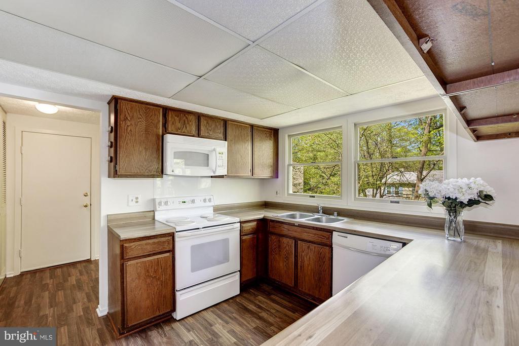 Kitchen - 6247 GARRETSON ST, BURKE