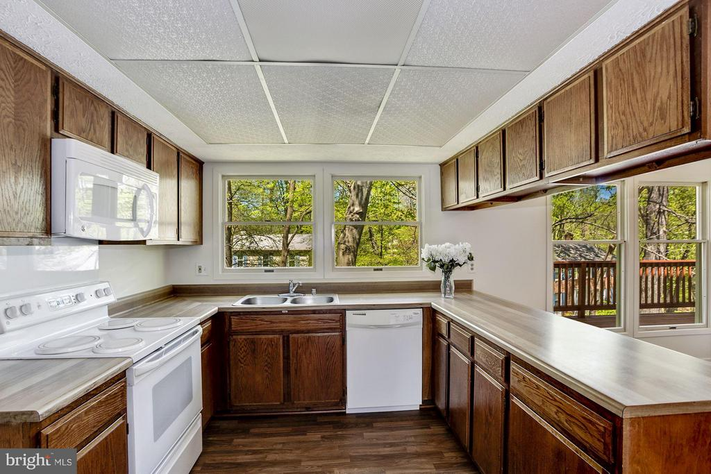 Kitchen / updated floor - 6247 GARRETSON ST, BURKE