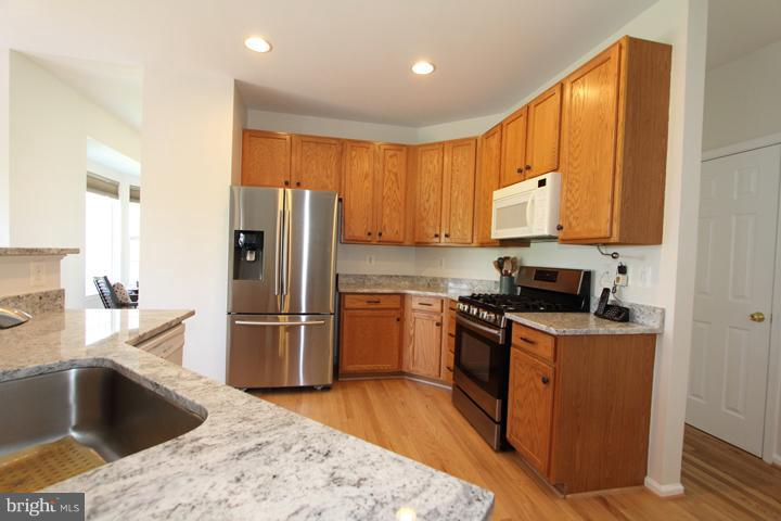 Kitchen with New Granite Countertops - 402 HANRAHAN CT SE, LEESBURG