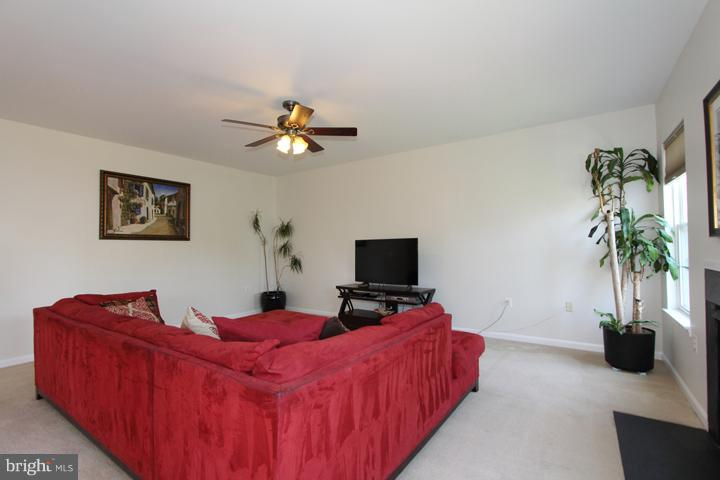 Family Room with Gas Fireplace - 402 HANRAHAN CT SE, LEESBURG