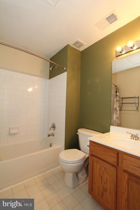 Upper Level Hall Bath - 402 HANRAHAN CT SE, LEESBURG