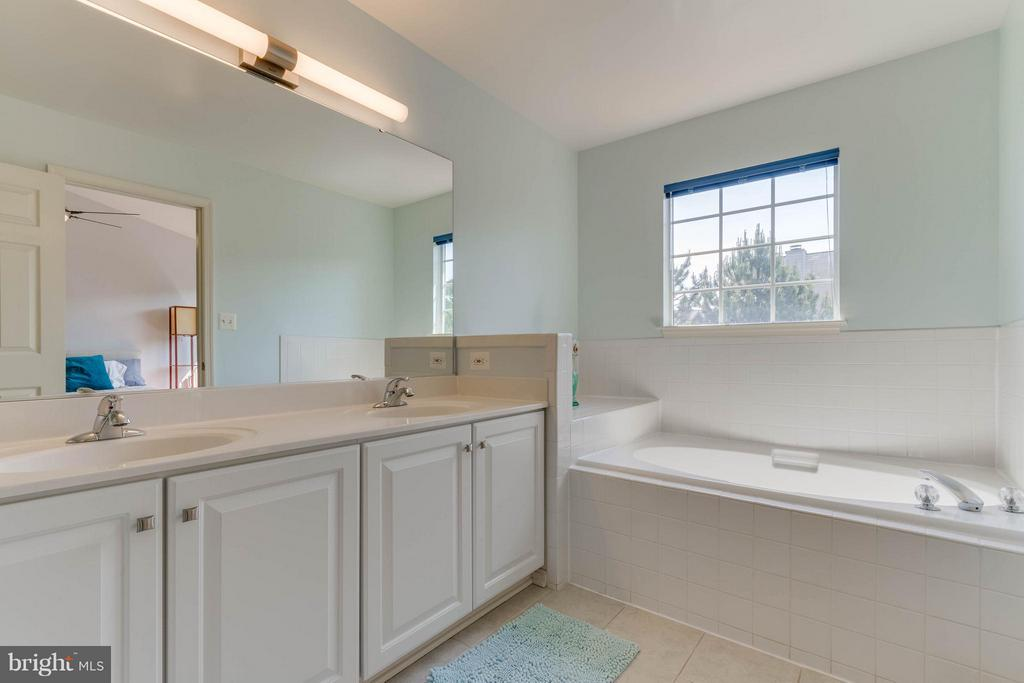 Double Vanity, Shower and Tub - 13131 COPPER BROOK WAY, HERNDON