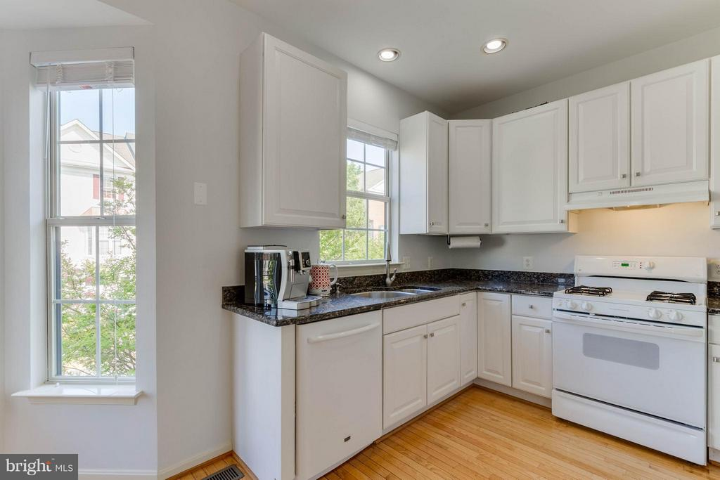 Granite Counters with Updated Appliances - 13131 COPPER BROOK WAY, HERNDON