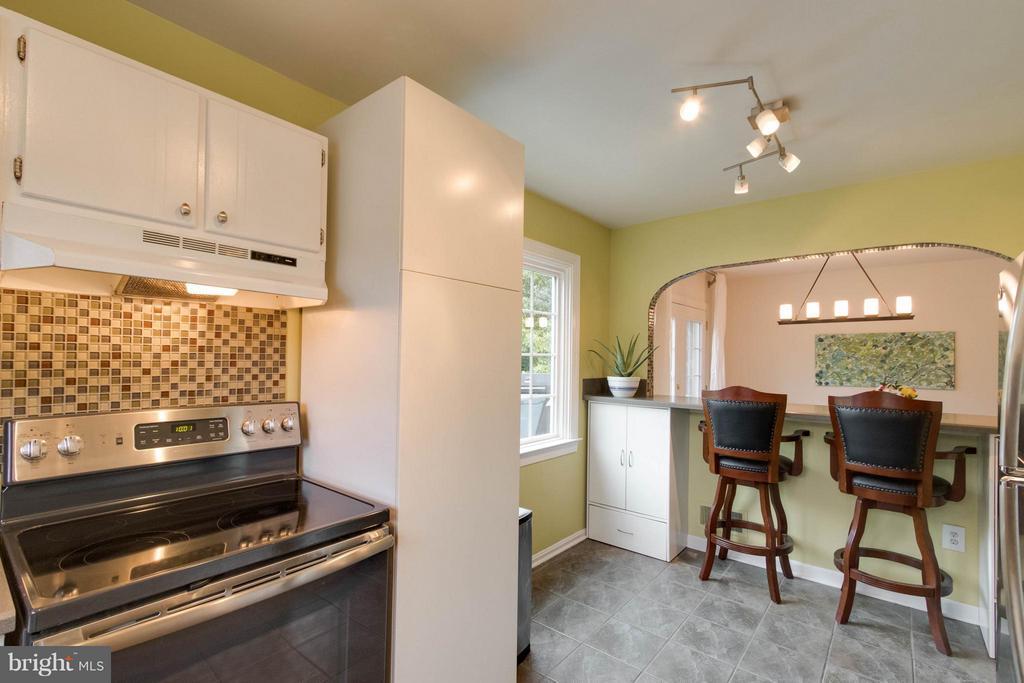Kitchen with Breakfast Bar - 12699 GREENHALL DR, WOODBRIDGE