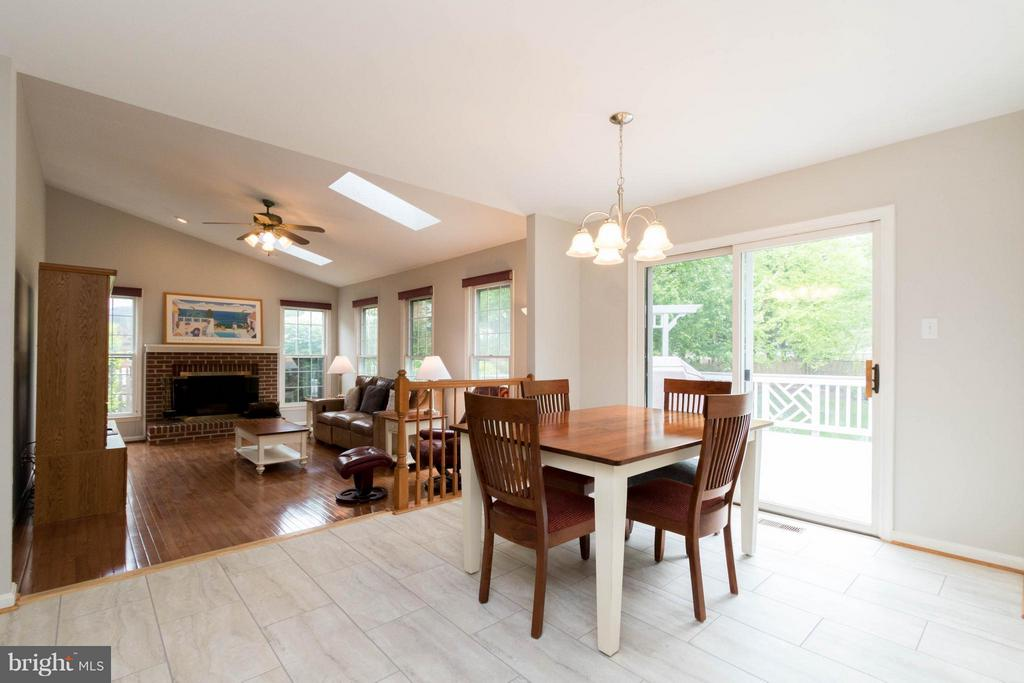Breakfast nook to family room - 117 ELKRIDGE WAY NE, LEESBURG