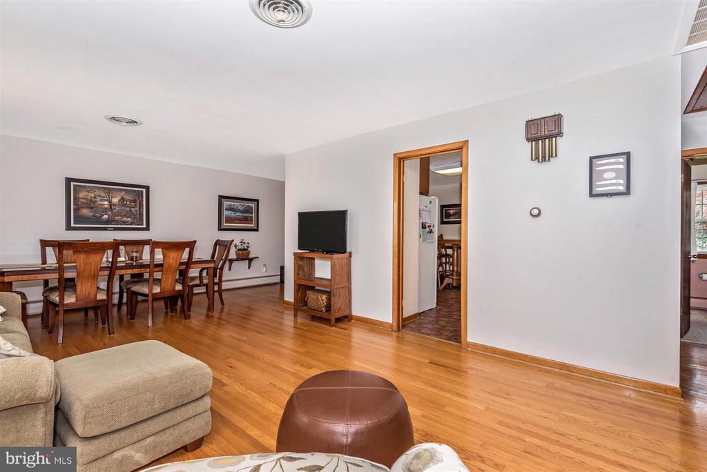 Living Room - 6105 PEMBROOK ST, FREDERICK
