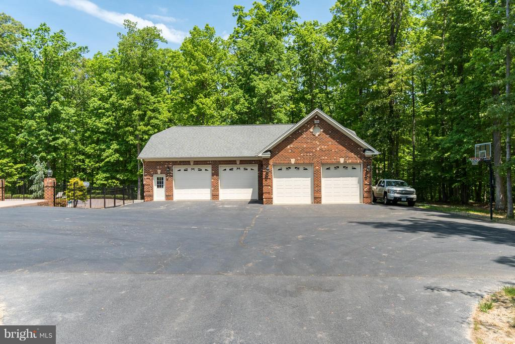 6 car  heated/cooled 1/2 bath w/laundry hook ups - 7320 TANGLEWOOD RD, SPOTSYLVANIA