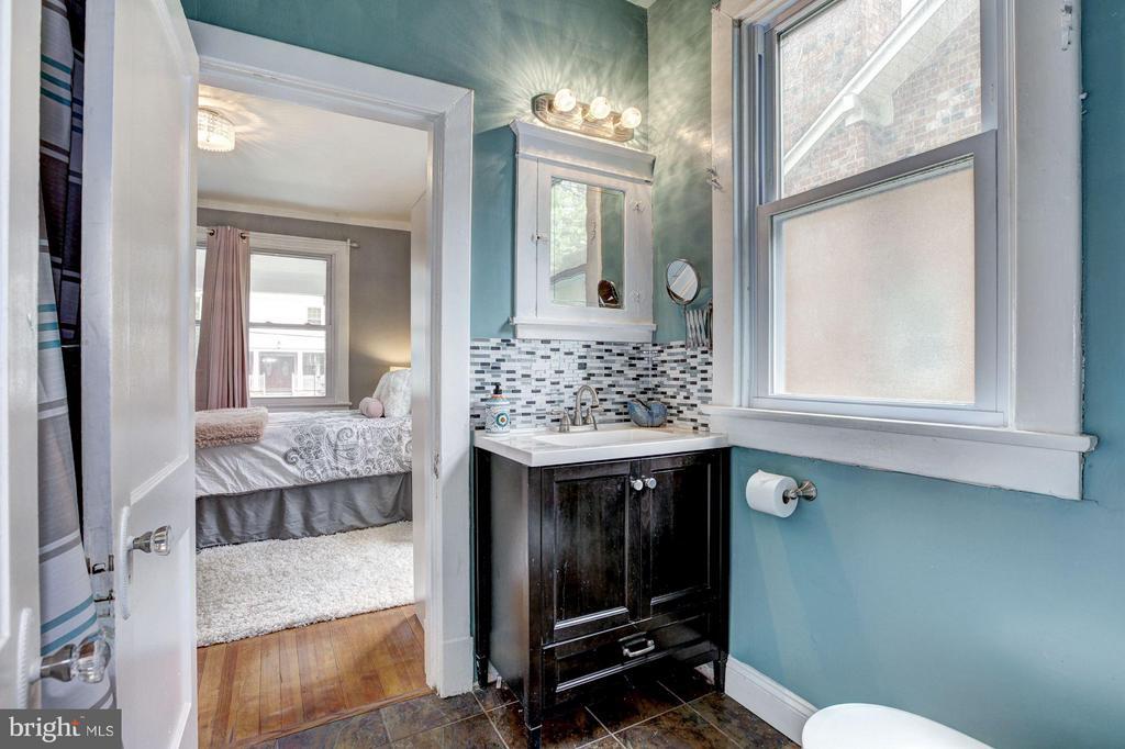 Bath - 2808 26TH ST NE, WASHINGTON