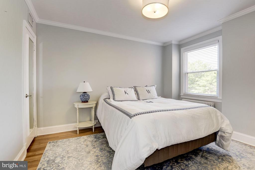 Bedroom 2-comfortable size for a queen bed - 3823 CALVERT ST NW, WASHINGTON