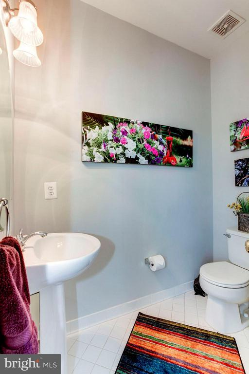 HALF BATHROOM ON MAIN LEVEL OF HOME! - 4572 FAIR VALLEY DR, FAIRFAX