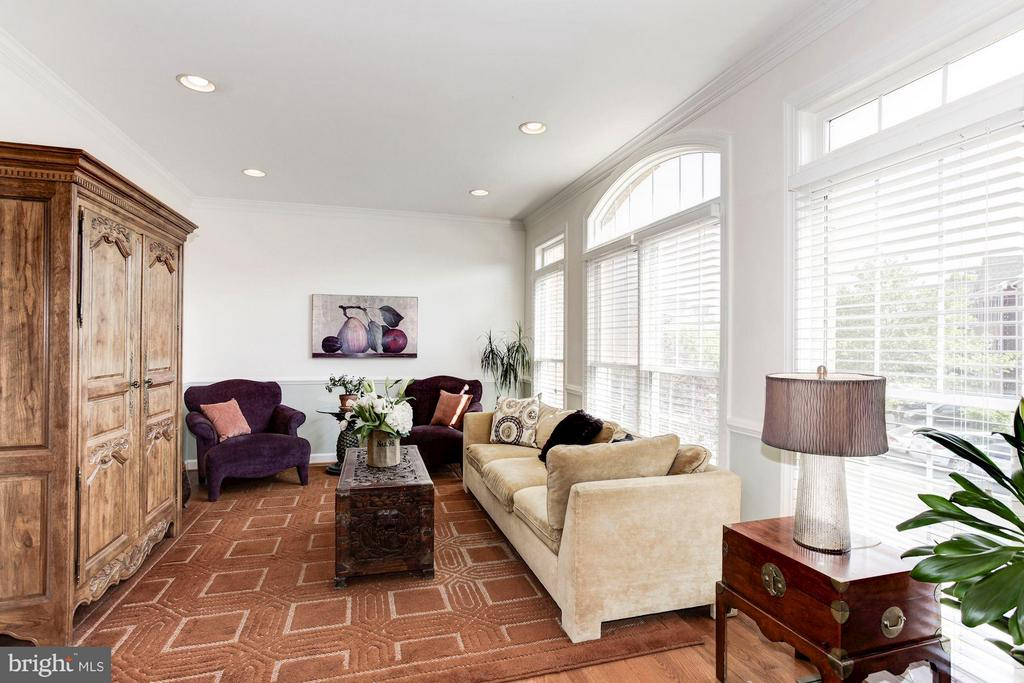 LIVING ROOM FLANKED BY ENTIRE WALL OF WINDOWS! - 4572 FAIR VALLEY DR, FAIRFAX