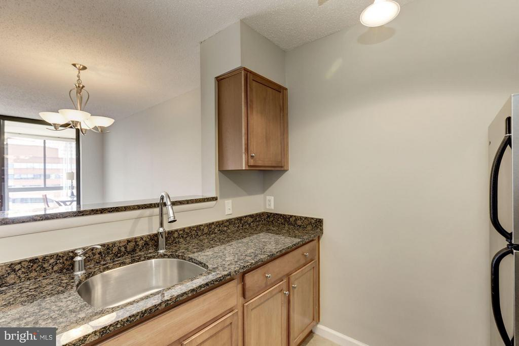 KITCHEN - MAPLE TOFFEE CABINETRY, OPENS TO LVG RM! - 1024 UTAH ST #913, ARLINGTON
