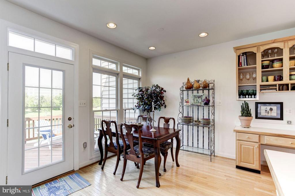 DINING - OVERLOOKS DECK WITH LAKE VIEWS! - 4572 FAIR VALLEY DR, FAIRFAX