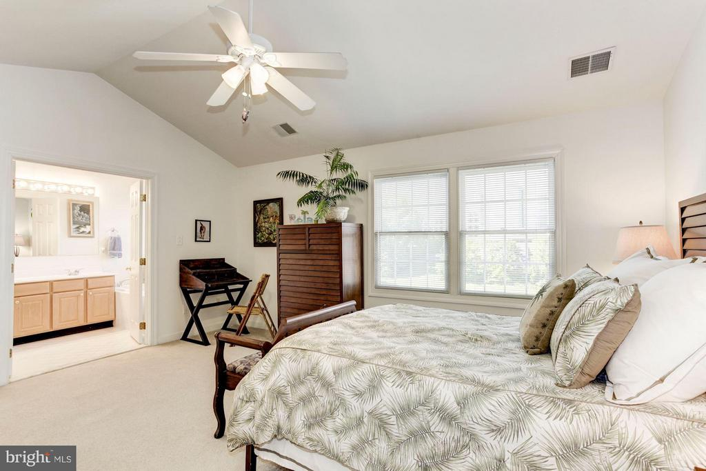 MASTER BEDROOM WITH MILLION DOLLAR LAKE VIEWS! - 4572 FAIR VALLEY DR, FAIRFAX