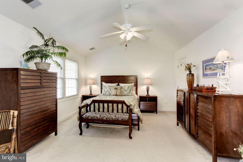 MASTER BEDROOM - HUGE, CATHEDRAL CEILING! - 4572 FAIR VALLEY DR, FAIRFAX