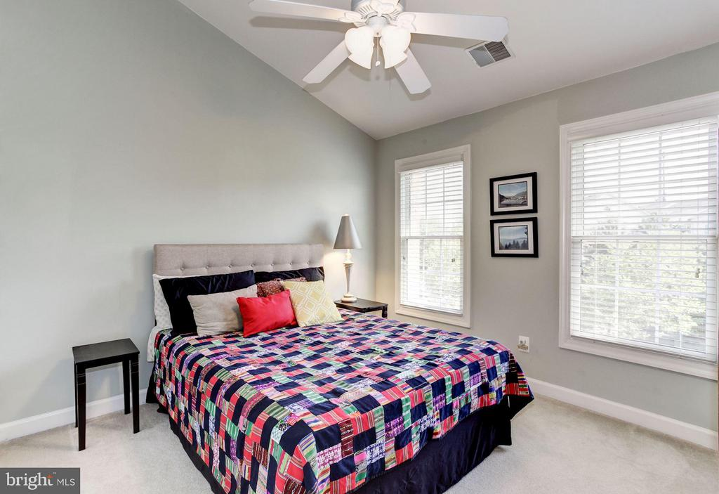 BEDROOM #2 - VAULTED CEILING, OVERHEAD FAN/LIGHT - 4572 FAIR VALLEY DR, FAIRFAX