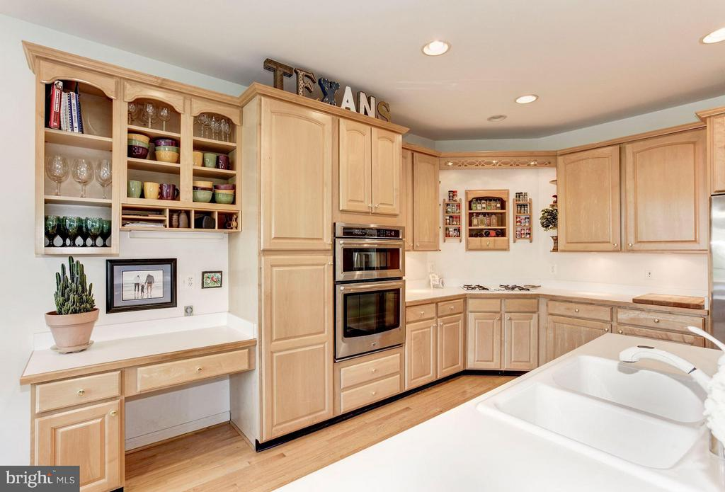 KITCHEN - HUGE, SPACIOUS, LIGHT, and BRIGHT! - 4572 FAIR VALLEY DR, FAIRFAX
