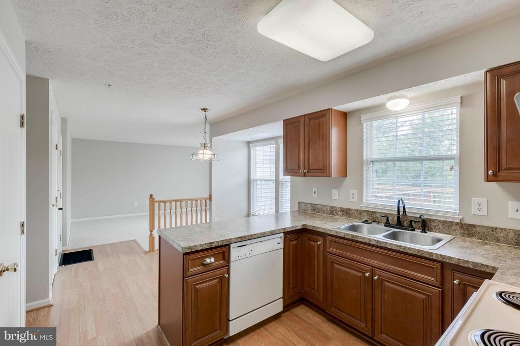 Kitchen View to Family Room - 5 WISELY SQUARE CT, GAITHERSBURG