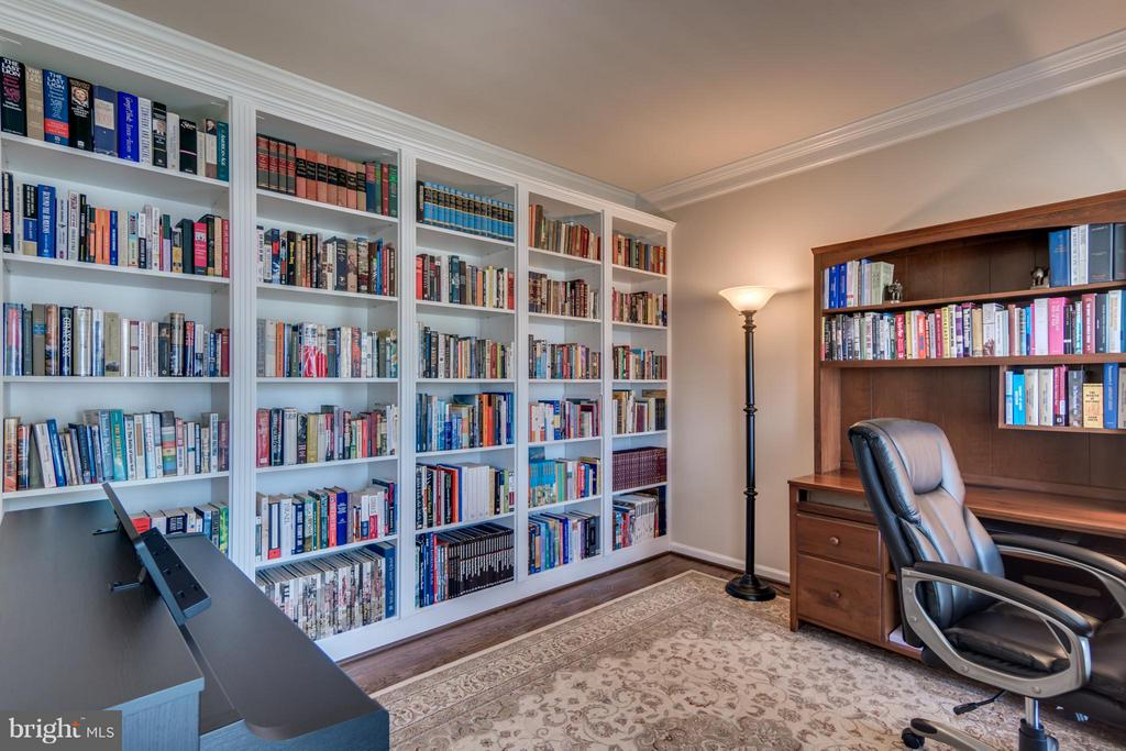Built-in Book Shelves and Hardwoood Floors - 38 BELLS RIDGE DR, STAFFORD