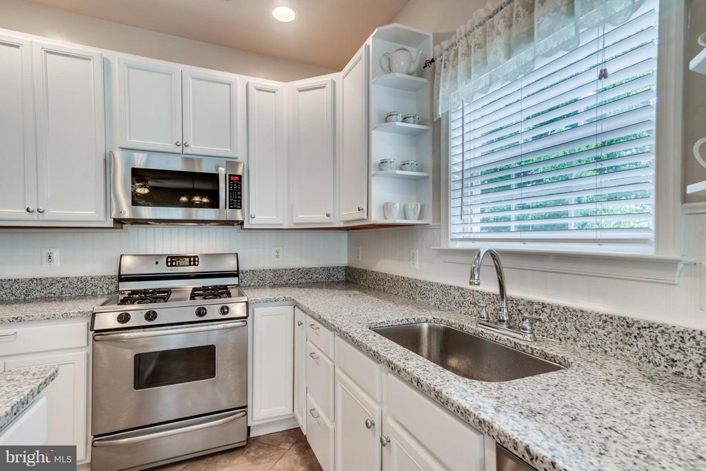 Gas Range and built-in Microwave - 38 BELLS RIDGE DR, STAFFORD