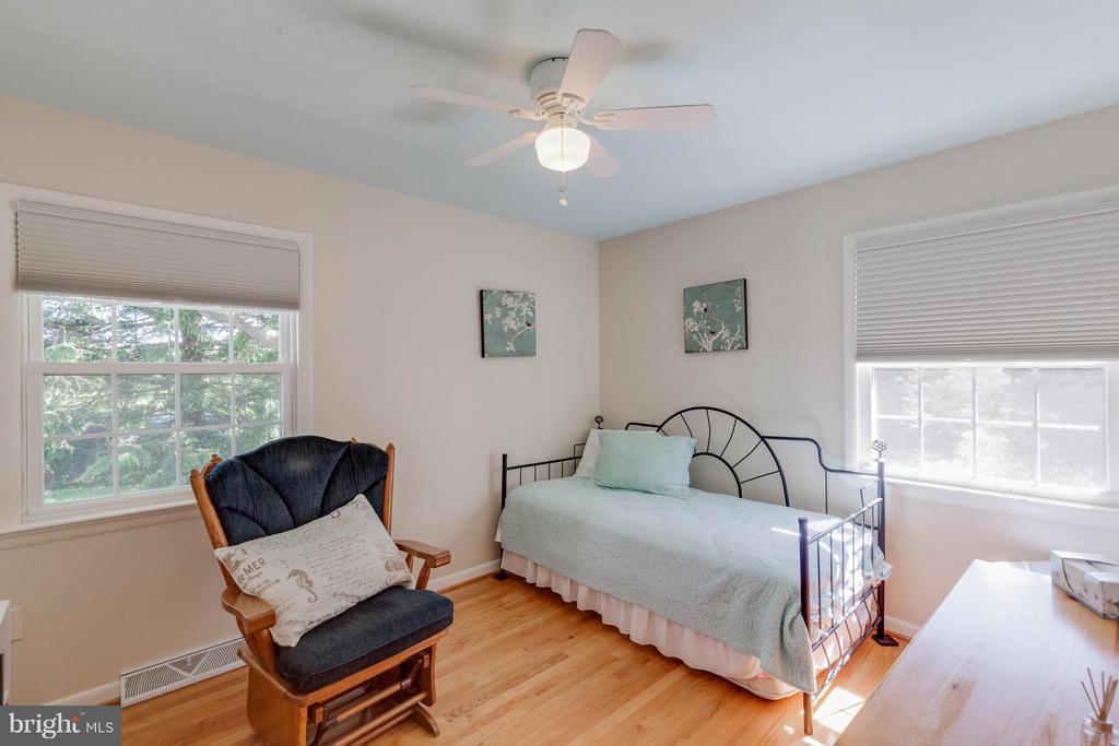 guest bedroom w lots of light - 5719 MOUNT PHILLIP RD, FREDERICK