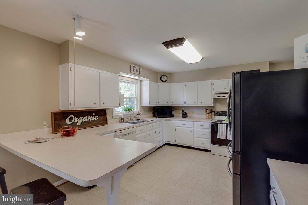 Kitchen boasts ceramic tile flooring - 5719 MOUNT PHILLIP RD, FREDERICK