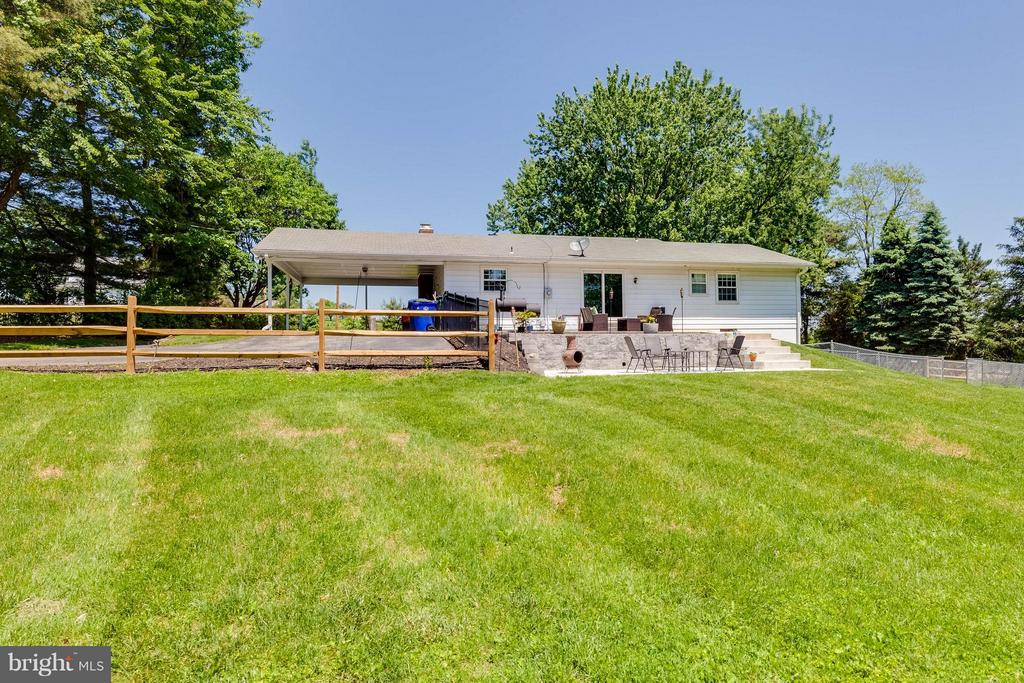 So charming and plenty of room to spread out! - 5719 MOUNT PHILLIP RD, FREDERICK