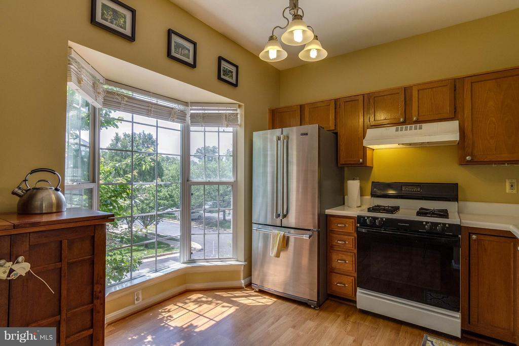 Bay Window makes for a bright kitchen - 540 BRECKINRIDGE SQ SE, LEESBURG
