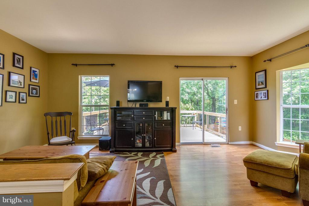 Family room flows out to the deck - 540 BRECKINRIDGE SQ SE, LEESBURG