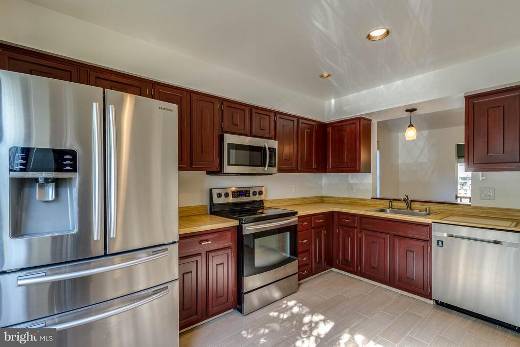 Kitchen - 42 MILLARD CT, STERLING