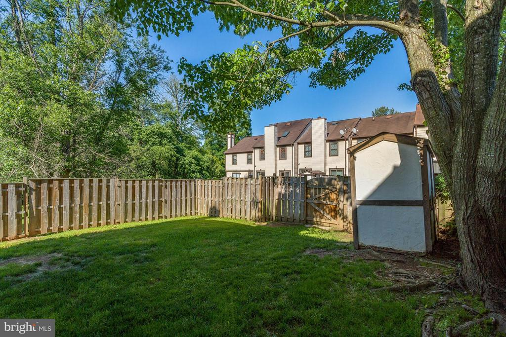 Large Back Yard - 42 MILLARD CT, STERLING