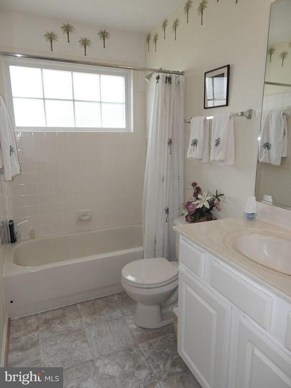 Hall Bath w/recent new flooring, cheery window - 6017 WATERMAN DR, FREDERICKSBURG