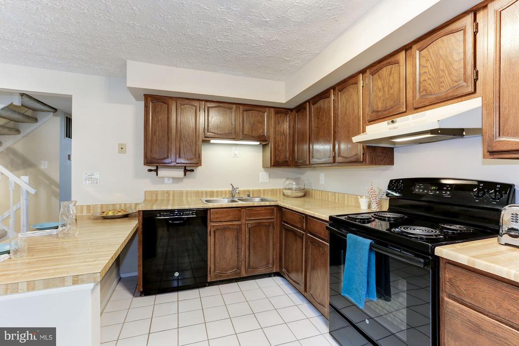 Kitchen - 6823 MONTIVIDEO SQUARE CT, FALLS CHURCH