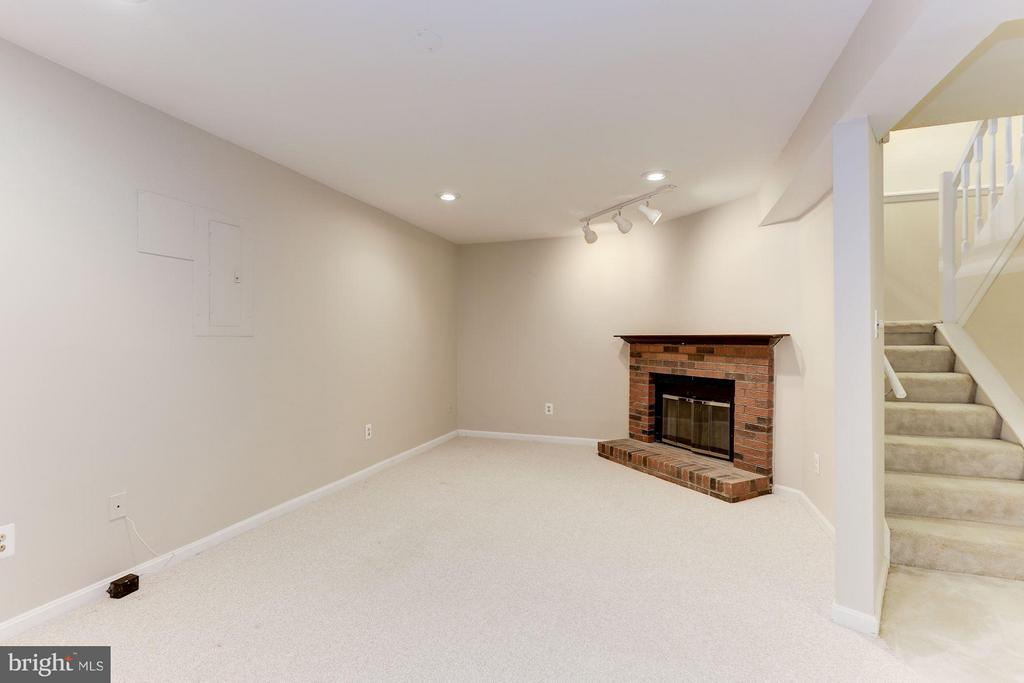 Family Room with fire place - 6823 MONTIVIDEO SQUARE CT, FALLS CHURCH