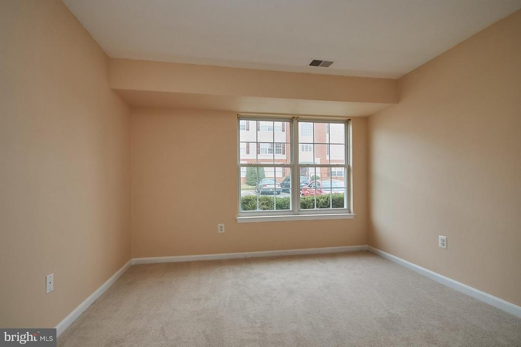Light and bright with large window - 645 CONSTELLATION SQ SE #A, LEESBURG