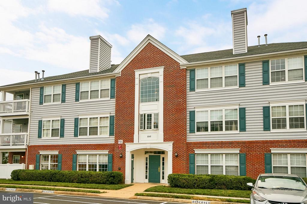 Building Entrance and Private Patio on the left - 645 CONSTELLATION SQ SE #A, LEESBURG