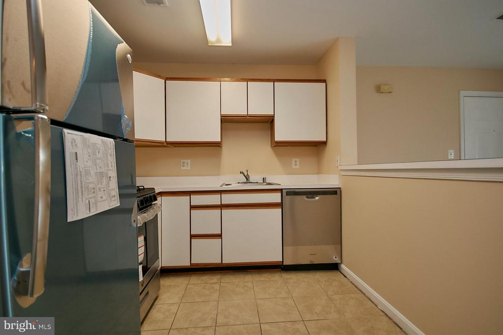 Counter overlooking the living room - 645 CONSTELLATION SQ SE #A, LEESBURG