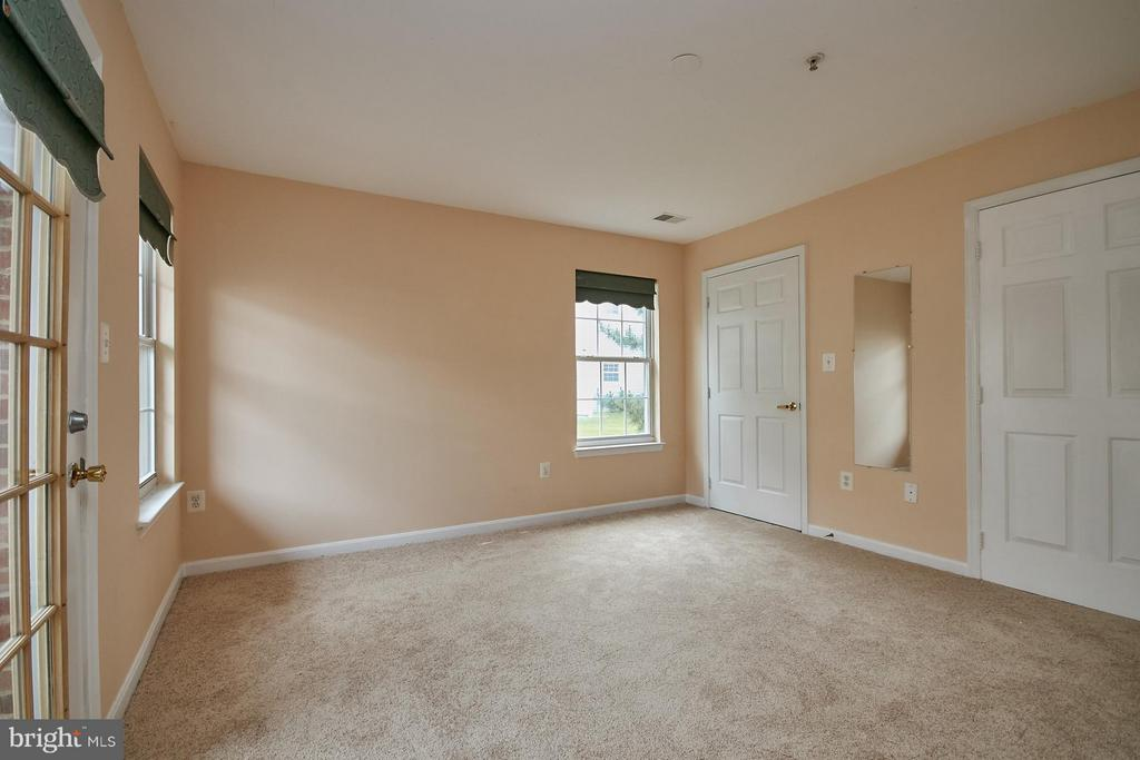 Lots of Light - 645 CONSTELLATION SQ SE #A, LEESBURG
