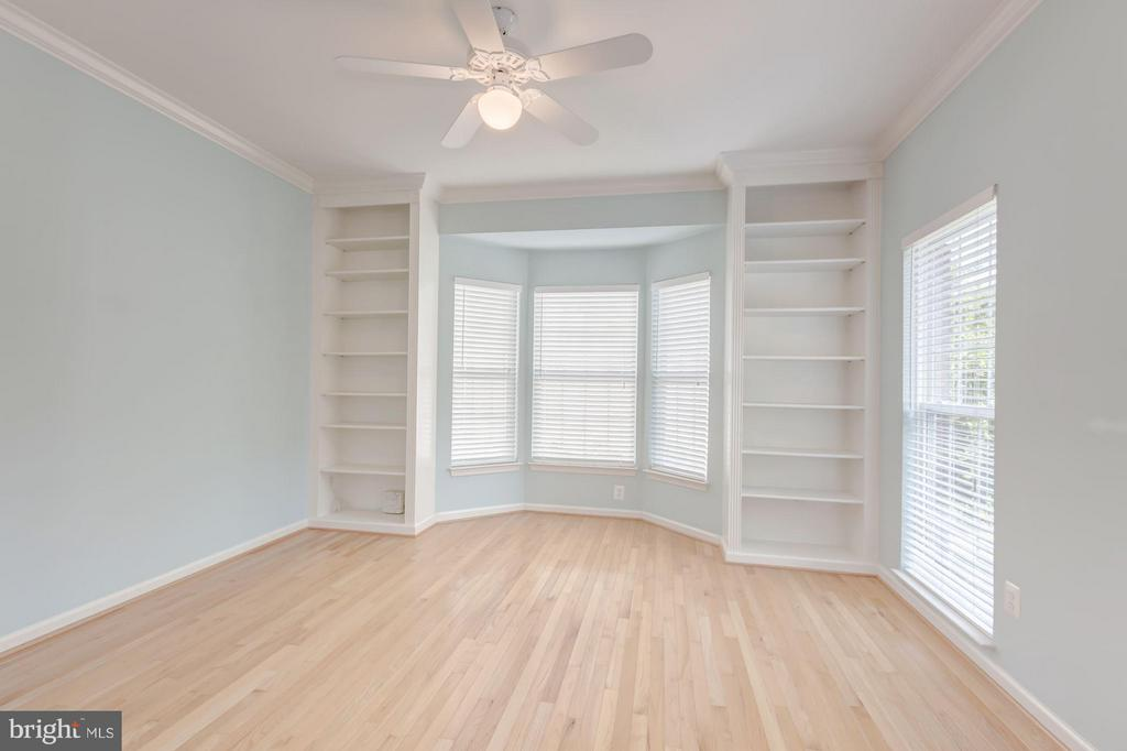 Office/Living Room  w/ Built In Shelving - 6833 CORDER LN, LORTON