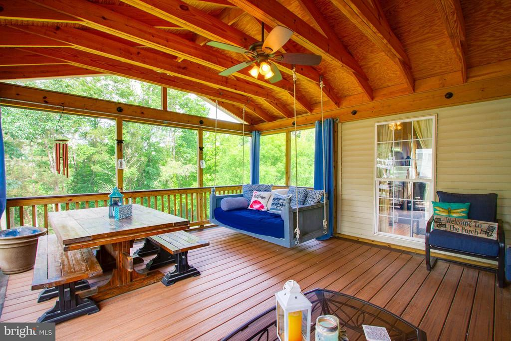 Screened in porch with deck perfect for grilling - 24971 BELCOURT CASTLE DR, CHANTILLY