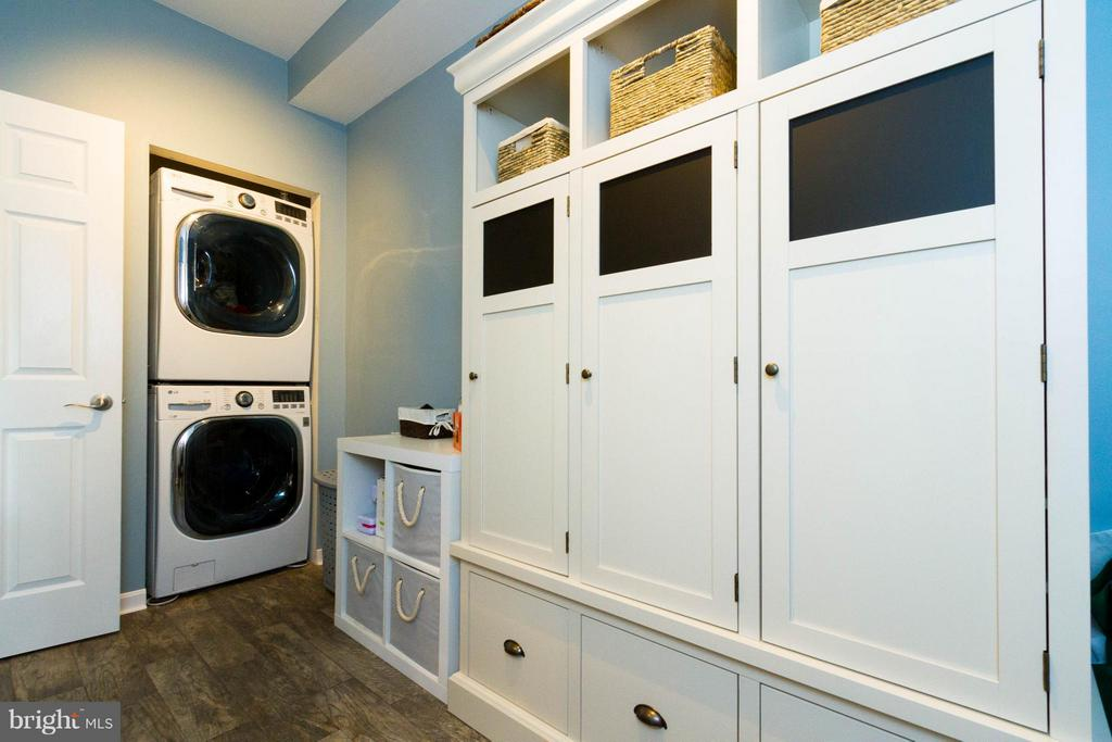Utility room with built in storage - 24971 BELCOURT CASTLE DR, CHANTILLY