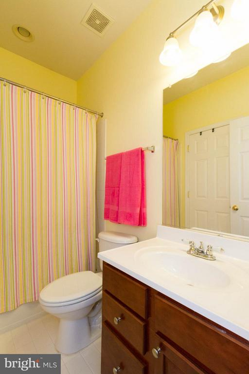 Upper level bath - 24971 BELCOURT CASTLE DR, CHANTILLY