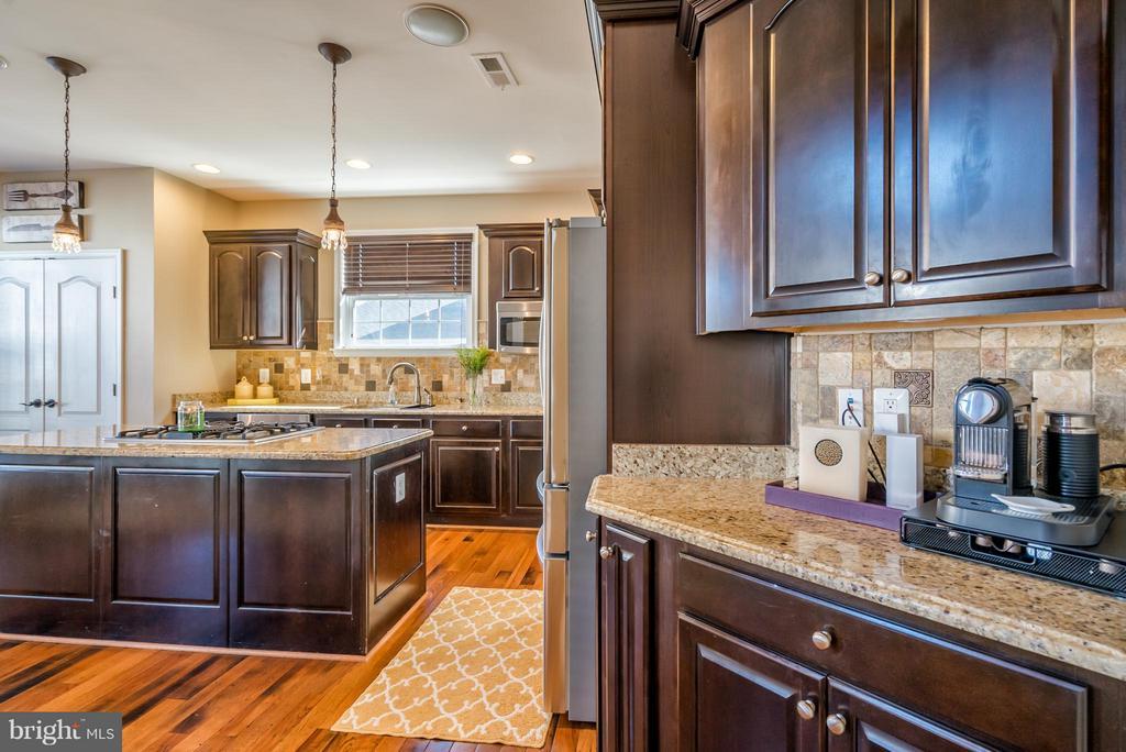 Butlers Pantry in Kitchen - 42960 THORNBLADE CIR, BROADLANDS